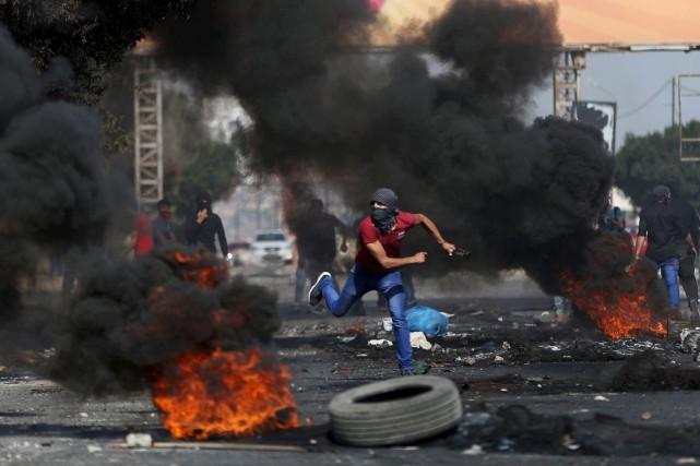 1072232-palestinien-lance-pierre-direction-soldats